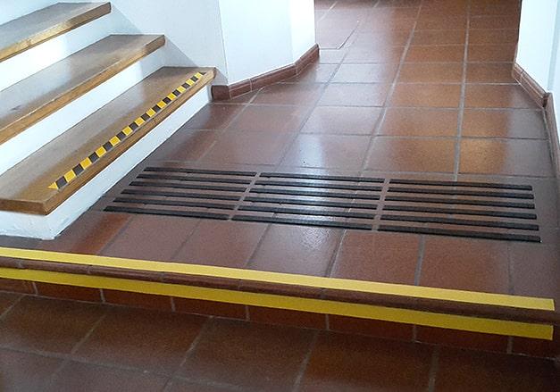 Stufenkennzeichnung Treppenhaus Schule